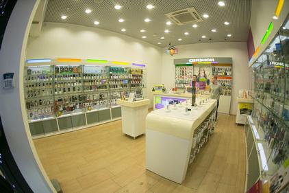 Ассотримент акссесуаров и телефонов в магазине Связной