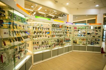 Ассортимент телефонов и акссесуаров в магазине Связной