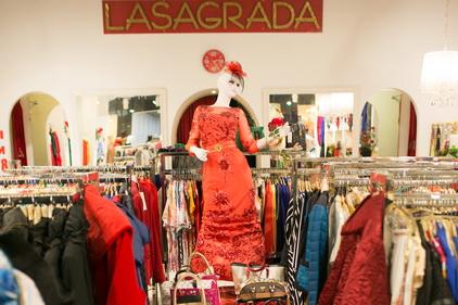 Коллекция женской одежды в магазине Lasagrada