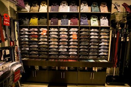 Полки с рубашками в мазгазине одежды Marca